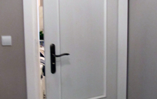 Białe sosnowe drzwi stylowe
