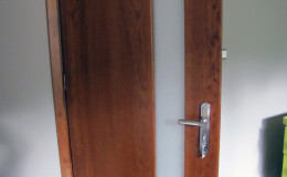 Drzwi-Debowe-Oblogowane-szyba-15cm-pion—(1)
