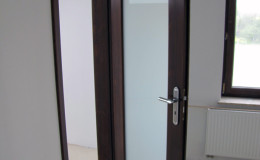 Drzwi-sosnowe-SZyba-na-cala-dlugosc-orzech-(1)