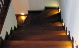 Rumia-Jesionowe-na-beton-z-podstopniami-jesionowe-z-listwowaniem-(2)