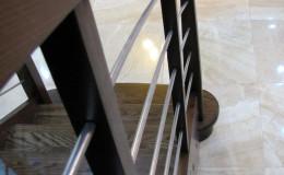 Schody-Jesionowe-orzech-22-40-balustrada—drewno–stal-nierdzewna-prety-,tralka-kwadrat-drewno–(1)