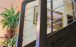 Schody-Jesionowe-orzech-22-40-balustrada—drewno–stal-nierdzewna-prety-,tralka-kwadrat-drewno–(11)