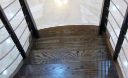Schody-Jesionowe-orzech-22-40-balustrada—drewno–stal-nierdzewna-prety-,tralka-kwadrat-drewno–(14)