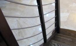 Schody-Jesionowe-orzech-22-40-balustrada—drewno–stal-nierdzewna-prety-,tralka-kwadrat-drewno–(2)