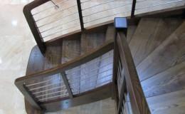 Schody-Jesionowe-orzech-22-40-balustrada—drewno–stal-nierdzewna-prety-,tralka-kwadrat-drewno–(5)