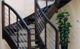 Schody-Jesionowe-orzech-22-40-balustrada—drewno–stal-nierdzewna-prety-,tralka-kwadrat-drewno–(8)