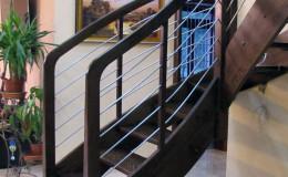 Schody-Jesionowe-orzech-22-40-balustrada—drewno–stal-nierdzewna-prety-,tralka-kwadrat-drewno–(9)