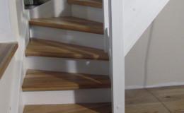 Schody-z-podstopniami-stopnie–i-porecze-debowe-olejowane,–reszta-malowane-na-bialo-,-tralka-kwadrat–(1)
