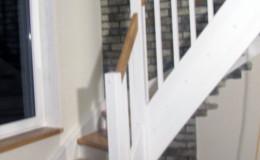 Schody-z-podstopniami-stopnie–i-porecze-debowe-olejowane,–reszta-malowane-na-bialo-,-tralka-kwadrat–(8)