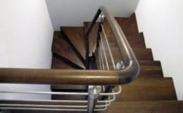 schody-q-dywanowe-jesionowe-orzech-porecz-okragla-plock-4