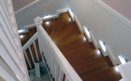 schody-q-tarczyn-na-beton-jesionowe-z-skanowniem-3-d-styl-angielski-11