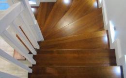schody-q-tarczyn-na-beton-jesionowe-z-skanowniem-3-d-styl-angielski-18
