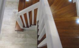 schody-q-tarczyn-na-beton-jesionowe-z-skanowniem-3-d-styl-angielski-19