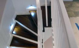 schody-q-tarczyn-na-beton-jesionowe-z-skanowniem-3-d-styl-angielski-21