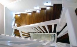 schody-q-tarczyn-na-beton-jesionowe-z-skanowniem-3-d-styl-angielski-4