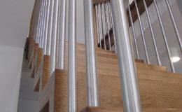 Schody Q.PL Torun Dywanowe wiszace debowe balustrada rura inox pion (4)