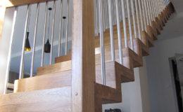 Schody Q.PL Torun Dywanowe wiszace debowe balustrada rura inox pion (6)