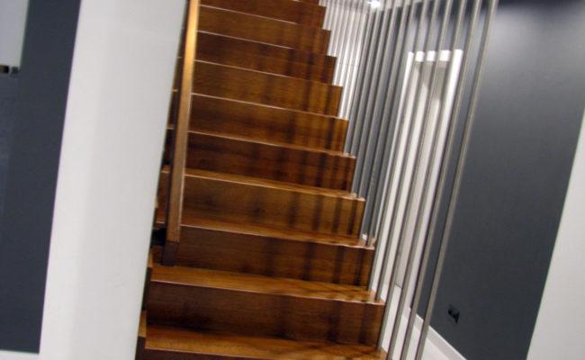 Schody-Q-Dywanowe-debowe-balustrada-rura-inox-pion-strop-Osrtroleka–(12)