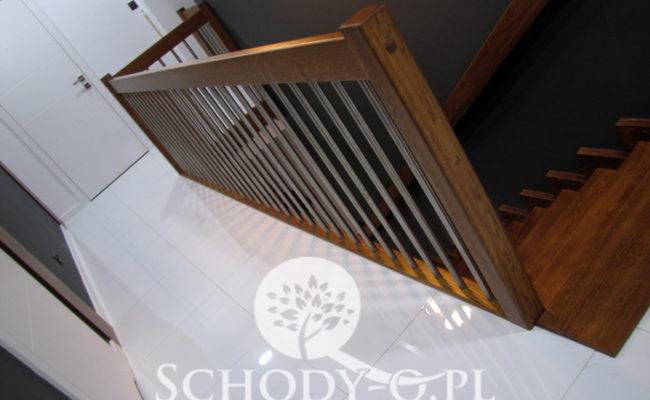 Schody-Q-Dywanowe-debowe-balustrada-rura-inox-pion-strop-Osrtroleka–(5)