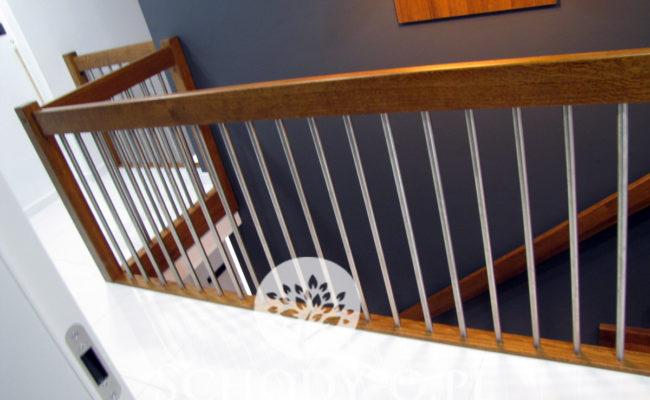 Schody-Q-Dywanowe-debowe-balustrada-rura-inox-pion-strop-Osrtroleka–(6)