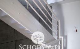 Schody-Q-Policzkowe-jesionowe-bielone-balustrada-listwa-poziomo–rura-inox-pion_1