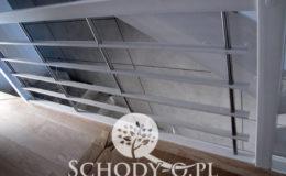 Schody-Q-Policzkowe-jesionowe-bielone-balustrada-listwa-poziomo–rura-inox-pion_21