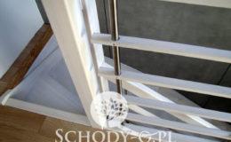 Schody-Q-Policzkowe-jesionowe-bielone-balustrada-listwa-poziomo–rura-inox-pion_8
